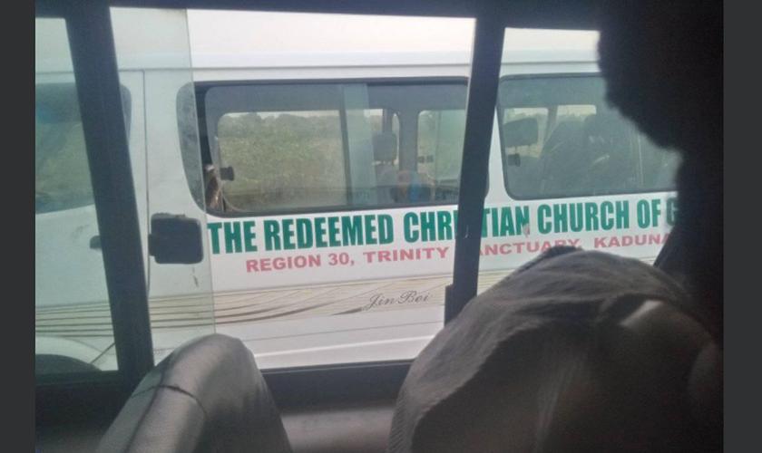 Micro-ônibus da igreja onde oito cristãos estavam viajando para evangelizar. (Foto: Reprodução / Eje Kenny Faraday)