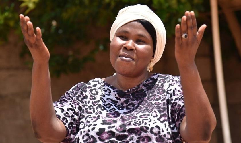 Amina diz que tudo o que aconteceu a ela e sua família, a fez se aproximar mais de Deus. (Foto: Opeen Doors).
