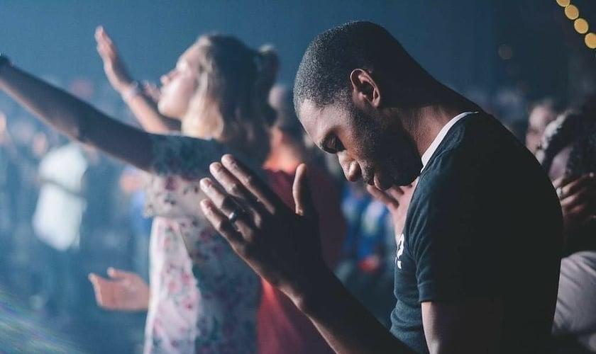 Imagem de jovens durante culto em igreja. (Foto: Reprodução/Pinterest)