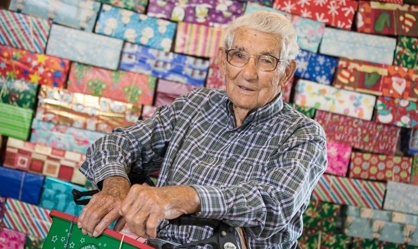 Ira Miller, de 104 anos, já embalou 1000 caixas de sapatos com presentes para crianças. (Foto: Samaritan's Purse)