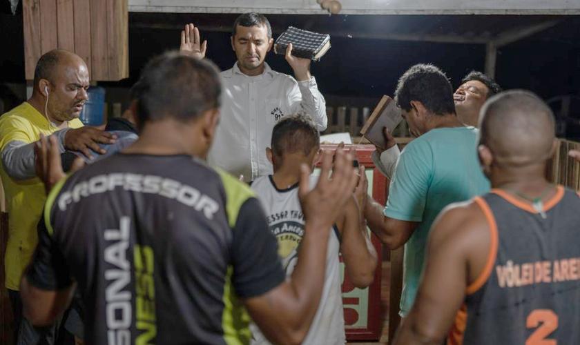 O pastor Conrrado Sena, líder da Equipe 91, lidera um culto no Acre. (Foto: Avener Prado/El País)