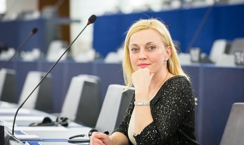 Marijana Petir, membro independente do parlamento da Croácia, fez a proposta de emenda ao orçamento para as bolsas. (Foto: Reprodução / Amber Alert)