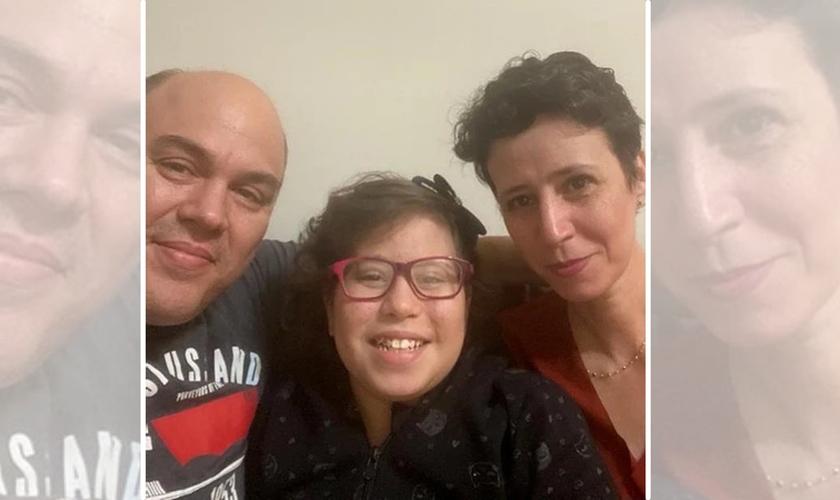Gabriela e seus pais, Andréa e Fábio. (Foto: Reprodução / Nazareno)