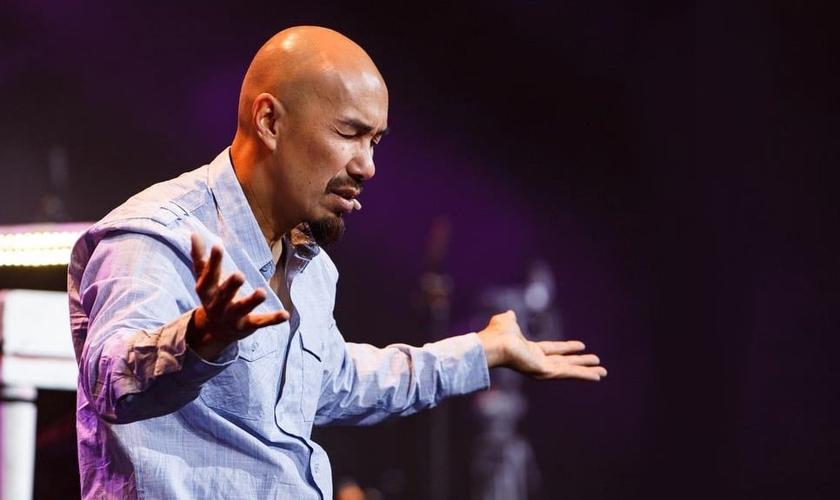 Evangelista Francis Chan em momento de oração. (Foto: Shelley Paulson Photography)
