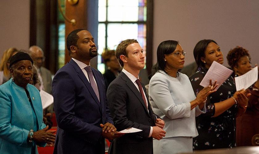 Mark Zuckerberg [4º a partir da direita], CEO do Facebook na Igreja Mother Emanuel AME em Charleston, Carolina do Sul em 2017. (Foto: Reprodução / UGCN)