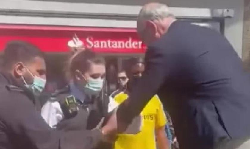 John Sherwood sendo preso em frente à estação de metrô, em Londres. (Foto: Pooyan Mehrshahi / Facebook)
