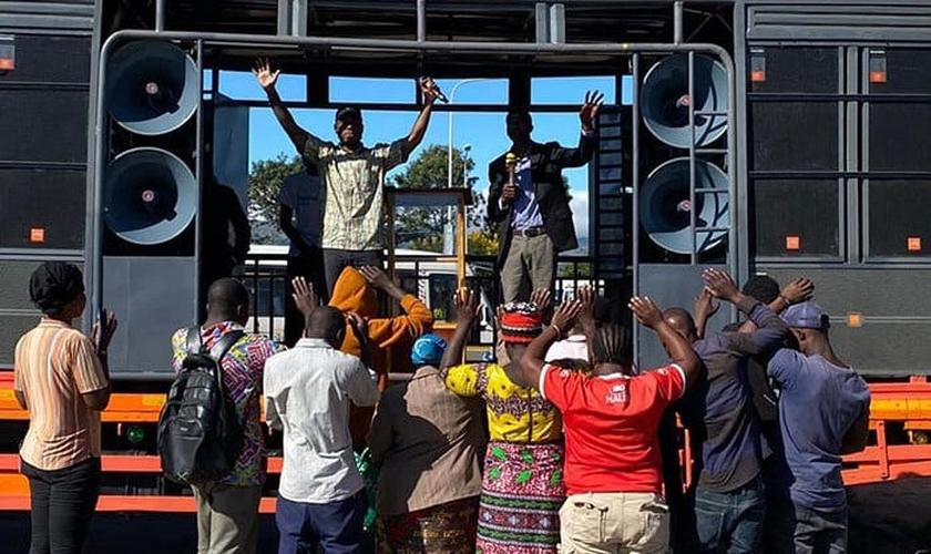 Evangelismo de rua reúne pessoas que se despertam para a Palavra de Deus. (Foto: Reprodução / UGCN)