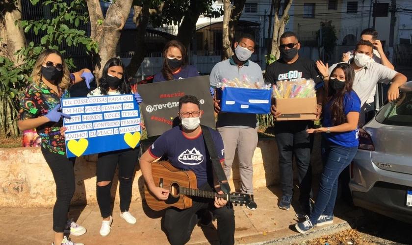 Na ação, voluntários distribuem kits, fazem serenata e oram com pacientes e profissionais de saúde. (Foto: Caiala Brenda)