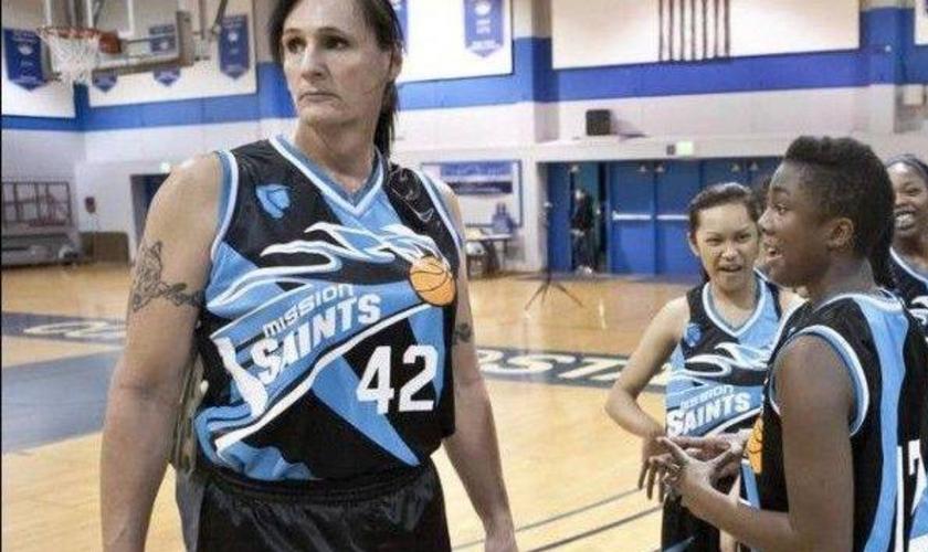 Gabrielle Ludwig, ex-veterano da Marinha Americana, ex-jogador de basquete masculino, voltou ao esporte ocupando vaga num time feminino após fazer cirurgia para mudança de sexo, aos 50 anos. (Foto: Reprodução)