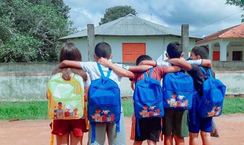 As missionárias Andressa e Késia dão aulas de reforço a crianças no Amazonas. (Foto: Divulgação/ Missões Nacionais).