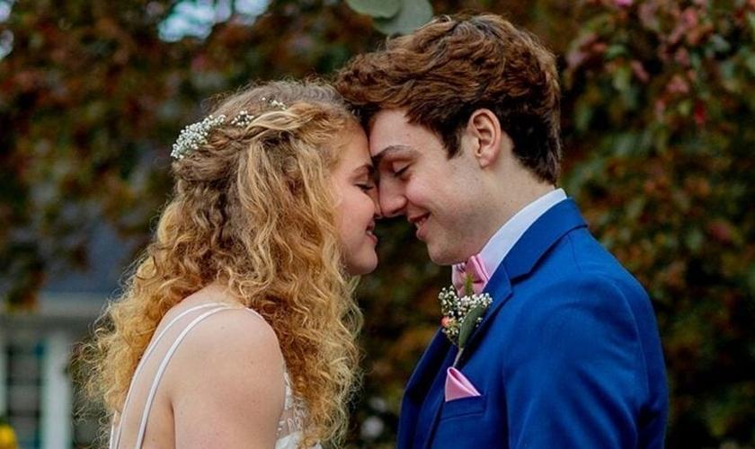 Chase Smith e Sadie Mills durante o casamento. (Foto: Reprodução / Amy Phipps)