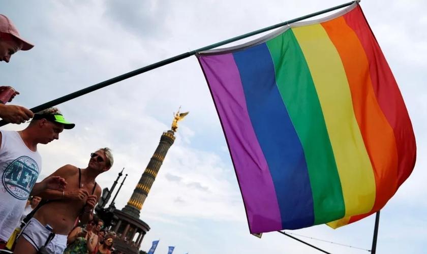 Bandeira do orgulho gay vista durante parada em Berlim. (Foto: Fabrizio Bensch/Reuters)