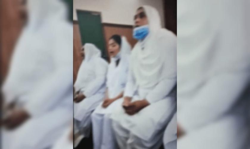 Manifestantes alegaram falsamente blasfêmia e entoaram slogans muçulmanos no auditório do hospital em Lahore. (Foto: Reprodução).