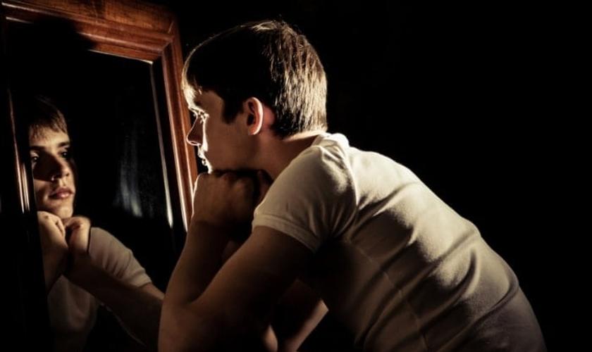 Imagem ilustrativa de menino olhando no espelho. (Foto: Jan H. Andersen/Adobe Stock)