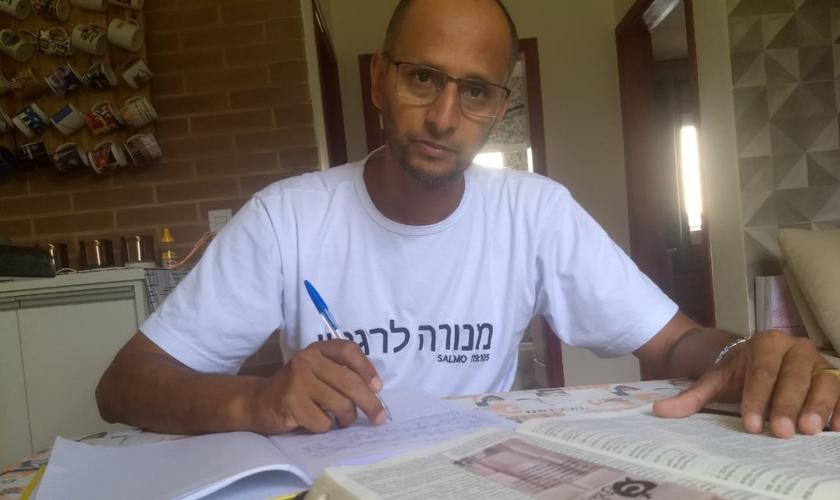 Caso Wandemberg Marques cumpra sua meta de copiar a Bíblia em 40 dias, ele entrará para o Guinness Book. (Foto: Arquivo pessoal).