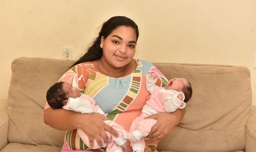 Infectada pelo coronavírus, Bárbara Cesar foi intubada após o nascimento das filhas gêmeas. (Foto: Reprodução / Fernando Madeira)