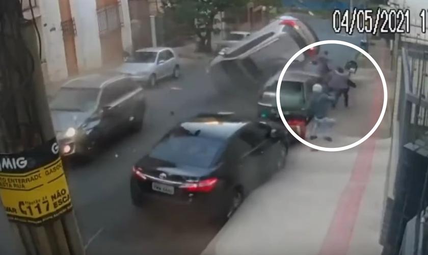 Carro 'voa' sobre veículos e pedestres. (Foto: Reprodução / YouTube)
