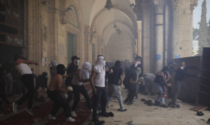 Palestinos entram em confronto com forças de segurança israelenses no Monte do Templo, em 10 de maio de 2021. (Foto: AP Photo/Mahmoud Illean)