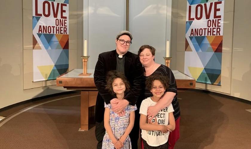 Bispo Megan Rohrer à esquerda, com sua companheira e filhos. (Foto: Esperanza Foft).