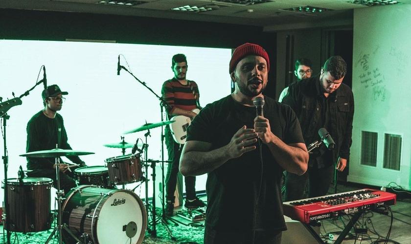 Live transmitida pelo Louvor da Madrugada, que começou na rede social Club House. (Foto: Instagram/Leandro Venancio)