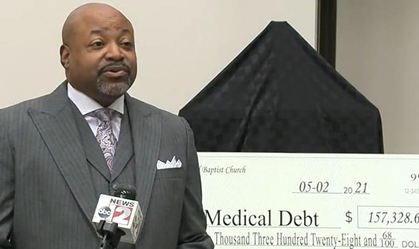 Pastor Rabon Turner em entrevista ao ABC12 News sobre a arrecadação de dinheiro. (Foto: Reprodução/ABC12 News)