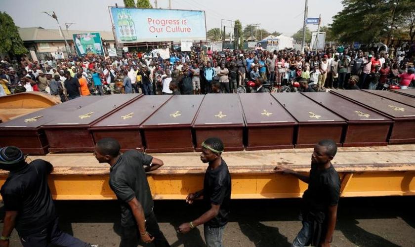 Homens marcham ao longo do caminhão carregando os caixões das pessoas mortas pelos pastores Fulani, em Makurdi, Nigéria, 11 de janeiro de 2018. (Foto: Reuters/Afolabi Sotunde).