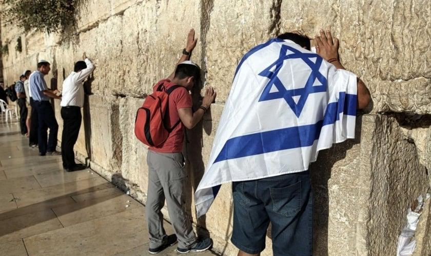Pessoas oram por no Muro das Lamentações, na Cidade Velha de Jerusalém. (Foto: AFP)