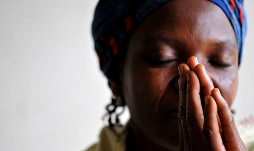Para não serem mortos, Kanifa Namulondo acordou os filhos e fugiu pelos fundos da casa. (Foto ilustrativa: Portas Abertas USA)