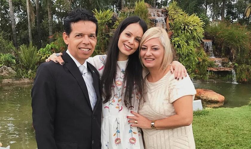 A cantora Marcela Taís pede oração pelos pais internados com Covid-19. (Foto: Reprodução/ Instagram Marcela Taís).