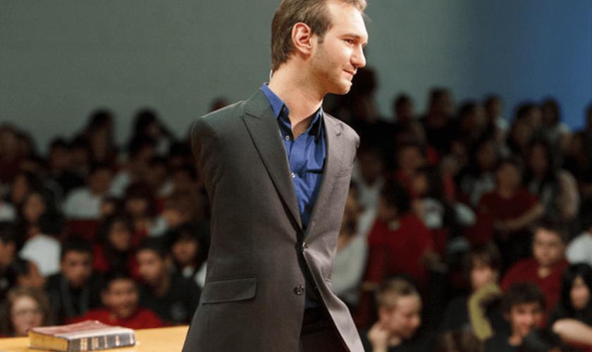 O evangelista Nick Vujicic iniciou um projeto de evangelização global. (Foto: Reprodução).