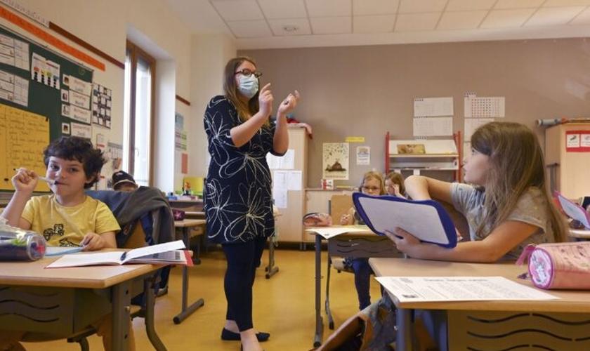 Um professor dá uma aula para os alunos da escola primária Ziegelau em Estrasburgo, França, em 2020. (Foto: Frederick Florin / AFP via Getty Images).