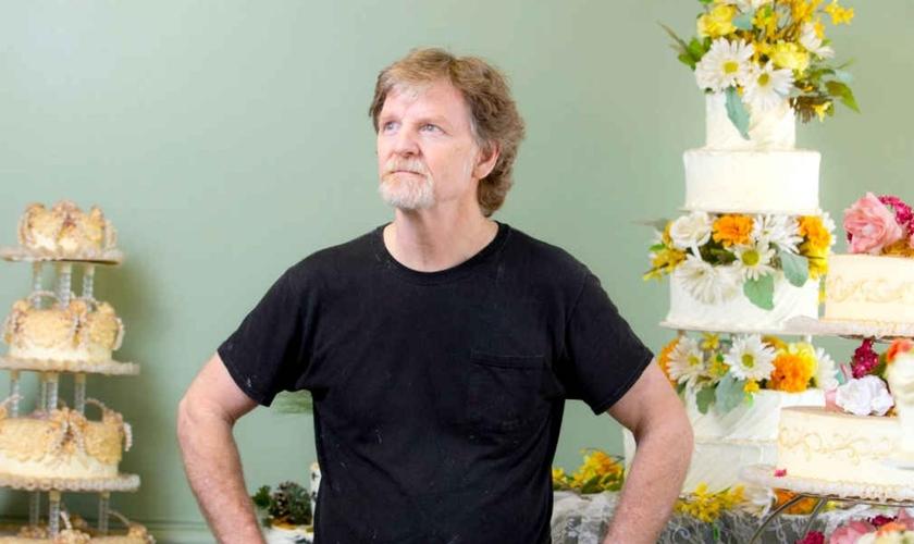 Jack Phillips diante de uma exibição de seus bolos de casamento, no Masterpiece Cakeshop, 2016. (Foto: Matthew Staver/The Washington Post)