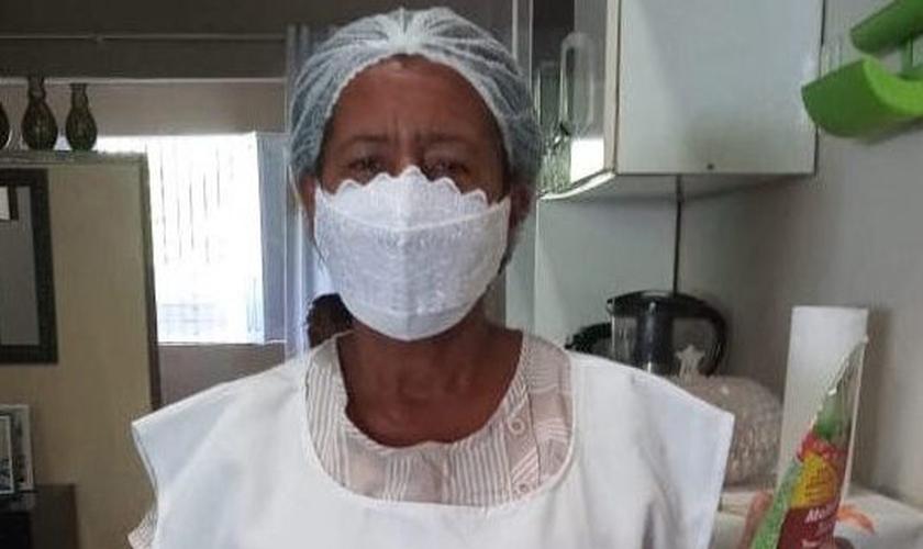 Desde 1999, Edleuza cozinha e distribui alimentos para moradores de rua e famílias carentes de Itabuna. (Foto: Reprodução)