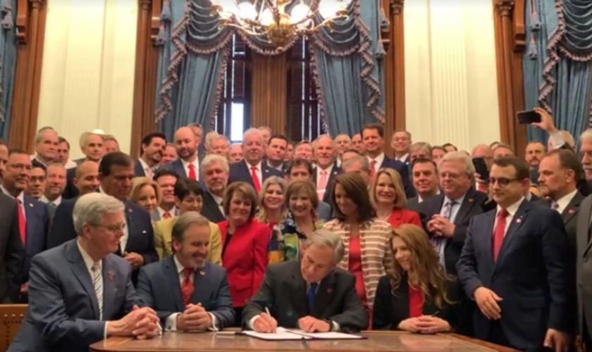 O governador do Texas, Greg Abbott, assinando o projeto de lei 8 do Senado. (Foto: Reprodução/Facebook)
