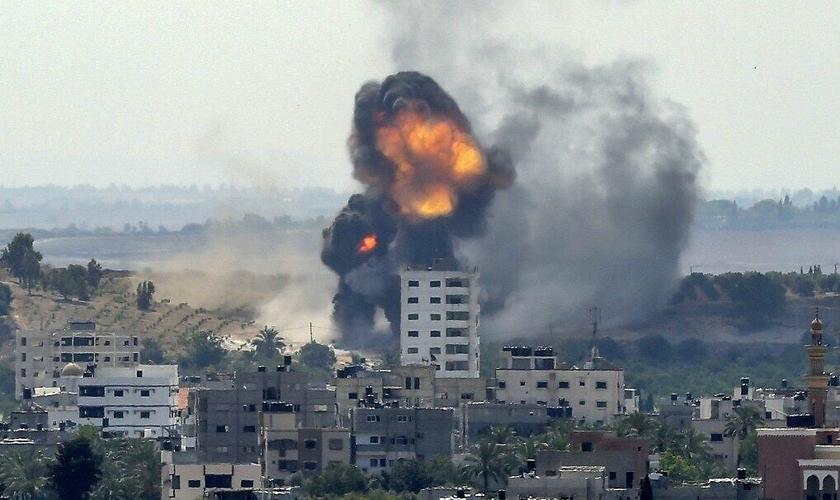 Explosão de edifício no bairro residencial de Rimal, na Cidade de Gaza, em 20 de maio de 2021. (Foto: Bashar Taleb/AFP)