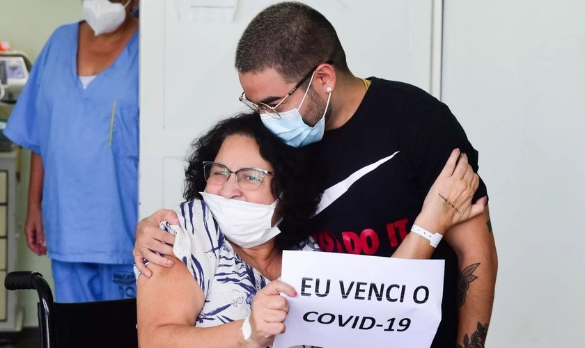 Yudi e a mãe, Tânia Tamashiro na porta do hospital. (Foto: Leo Franco/AgNews)