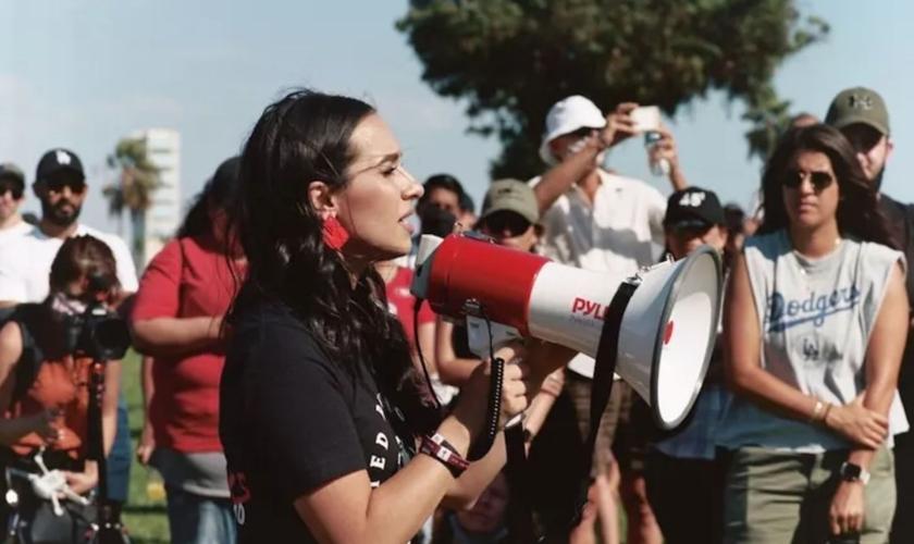 """A fundadora do movimento """"Para os Mártires"""", Gia Chacón, participa da primeira Marcha pelos Mártires em 5 de setembro de 2020, em Long Beach, Califórnia. (Foto: Divulgação/ Para os Mártires)"""