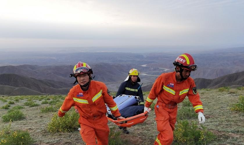 Equipe de resgate no local onde maratonistas morreram na China, em 22 de maio de 2021. (Foto: Cnsphoto via Reuters).