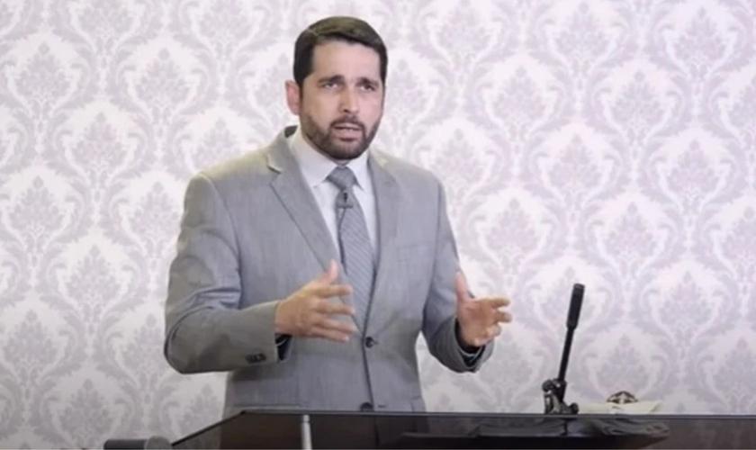Pastor Paulo Junior lidera a Igreja Aliança do Calvário, em Franca, SP. (Foto: Reprodução/Youtube)