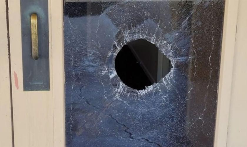 Estragos após suposto ataque antissemita à Congregação Chaverim em Tucson, Arizona (EUA), em 18 de maio. (Foto: Chaverim Congregation via JTA)