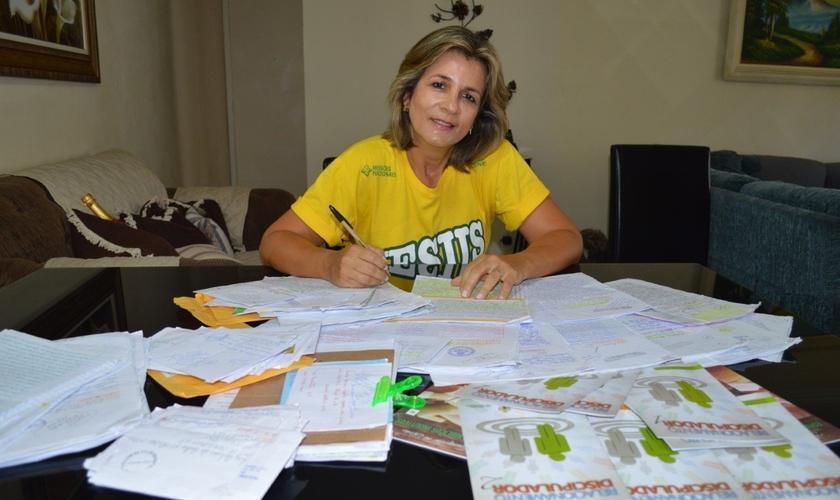 Marcia Mendes é coordenadora do Grão de Mostarda, que envia cartas a presídios. (Foto: Missões Nacionais)