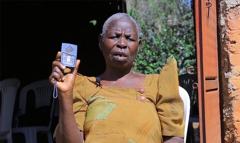 Noeline Namanda evangeliza e implanta igrejas em Uganda através da Bíblia em áudio portátil que ganhou do ministério MegaVoive. (Foto: Uganda Christian News).