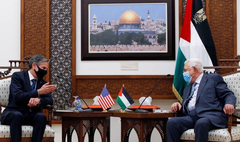 Secretário de Estado dos EUA, Antony Blinken (esquerda) e o presidente da Autoridade Palestina, Mahmoud Abbas, em conversa durante o encontro em Ramallah, na Cisjordânia, em 25 de maio. (Foto: Majdi Mohammed/Reuters)