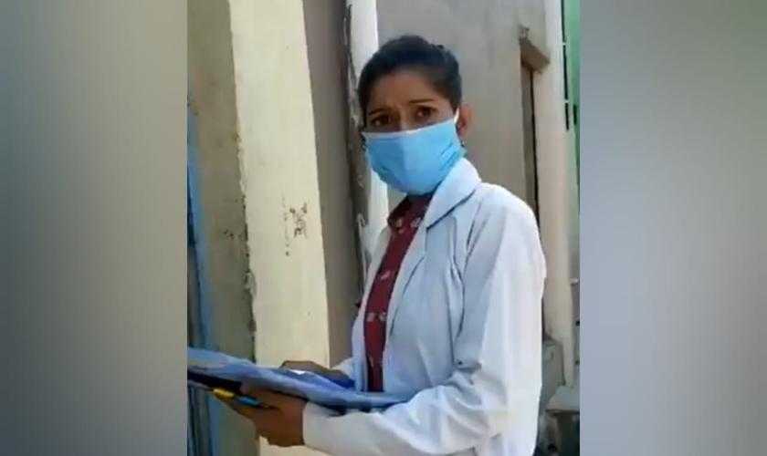 Sandhya foi levada para a uma delegacia de polícia e interrogada posteriormente. (Foto: Reprodução/Twitter).