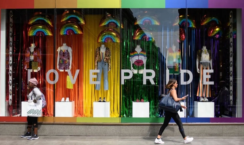 """Vitrine de uma loja de roupas em 4 de julho de 2018, antes do evento """"Pride London"""". (Foto: Leon Neal/Getty Images)"""