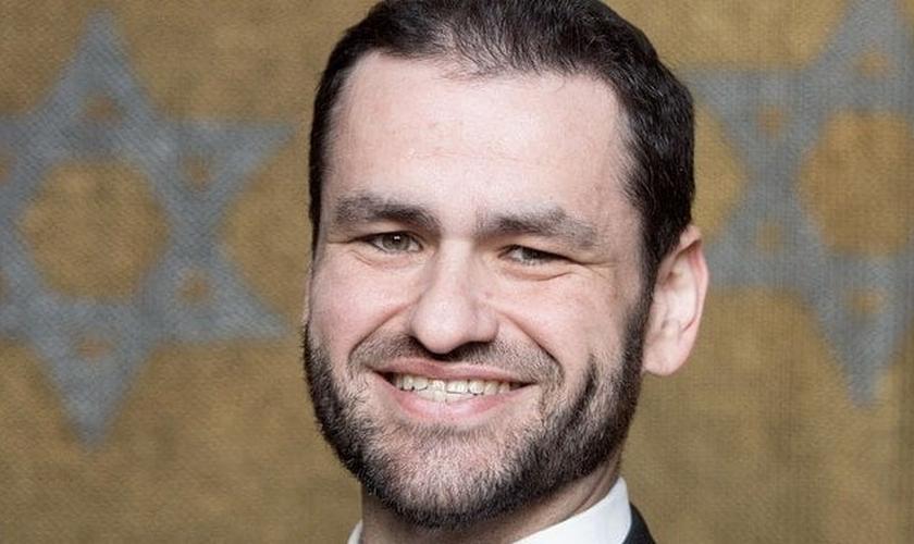 Zsolt Balla, rabino ortodoxo húngaro, que atualmente serve na Sinagoga de Leipzig. (Foto: Reprodução / MDR)
