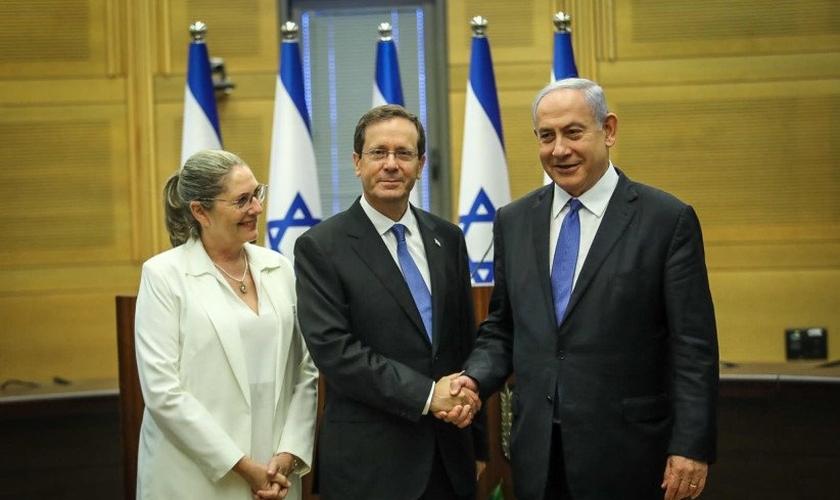 O presidente eleito, Isaac Herzog, e sua esposa Michal, com o primeiro-ministro Benjamin Netanyahu. (Foto: Noam Moskovitz/Knesset)