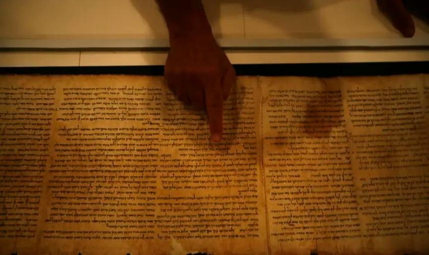 Adolfo Roitman, curador dos Manuscritos do Mar Morto, aponta para o Manuscrito de Isaías original, um dos Manuscritos do Mar Morto. (Foto: Baz Ratner / Reuters)