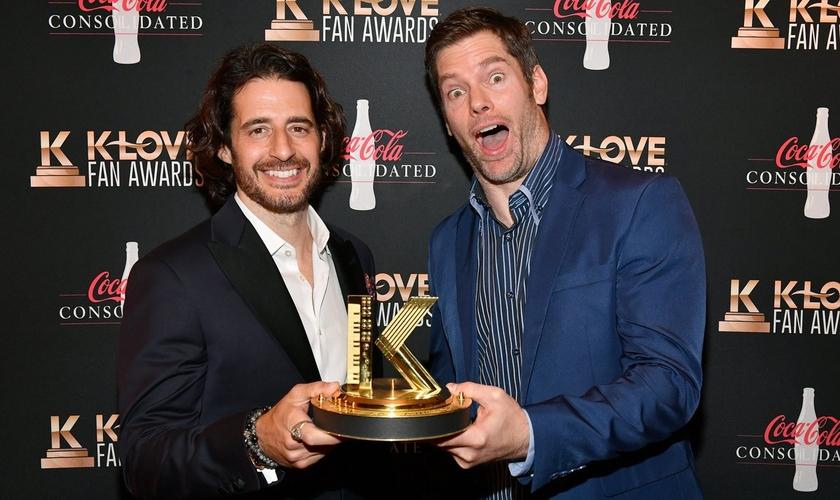"""O diretor Dallas Jenkins e o ator Jonathan Roumie de """"The Chosen"""" na cerimônia de premiação do K-Love Fan Awards. (Foto: Jason Davis/Getty Images)."""