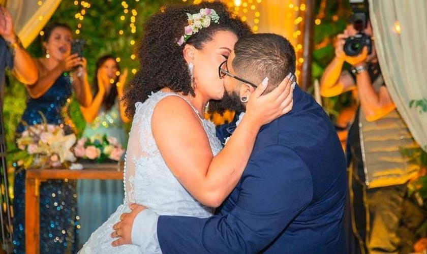 Depois de dois anos de namoro, Victor e Kathleen deram o primeiro beijo no altar. (Foto: Arquivo pessoal).